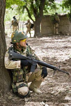 Een Nederlandse militair met een standaard Colt C7 in Afghanistan.