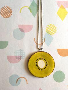 Collana con filo argentato e ciondolo in ceramica bianca rotonda e colorata a forma di kiwi - nigutindor - etsy