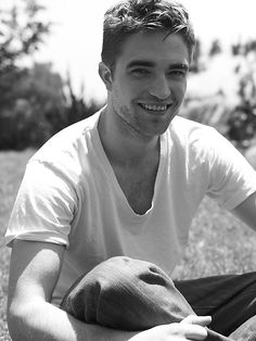 Robert Pattinson wins my other hotness award. though I am not digging his latest hair cut. Robert Pattinson Birthday, Robert Pattinson Movies, Robert Pattinson Twilight, King Robert, Robert Douglas, Twilight Movie, Twilight Saga, Twilight Videos, Smile Tv