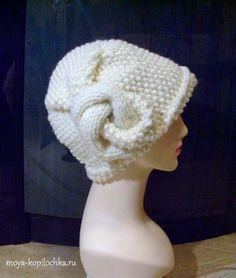 Красивая вязаная шапочка, украшенная оригинальным узлом