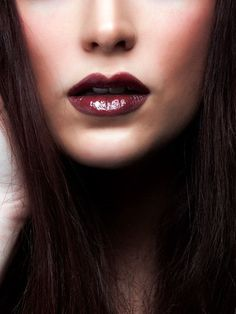 How to Wear Dark Lipstick - 7 Absolutely Essential Tips For Pulling Off Dark Lipstick Dark Lipstick Makeup, Burgundy Lipstick, Lipstick Shades, Burgundy Makeup, Burgundy Hair, Deep Burgundy, Oxblood, How To Do Makeup, Makeup Tips