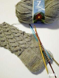 Kaaripitsi on ollut jo kauan omalla to do listalla ja muutama ilta sitten sainkin nämä puikoille. Kiva, nopea ja nätti malli ja itsellä lang... Wool Socks, Knitting Socks, Knitting Stitches, Knitting Patterns, Fox Scarf, Diy Crochet And Knitting, Glitter Wedding, Wedding Nails, Patterned Socks