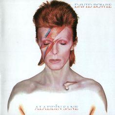 """""""Alladin Sane"""" (1972) :: O personagem andrógino continua e o som dá espaço para algo um pouco mais reflexivo, diversificado, embora muito teatral. Com o pianista Mike Garson, Bowie gravou o jazz """"Time"""", e pescou dos Rolling Stonesa roqueira """"Let's Spend the Night Together"""". Até hoje, traz uma aura estranha, mas sedutora (algo que viraria sua marca registrada nos próximos discos)"""