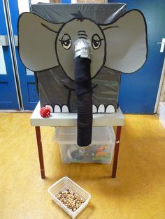 Phil de olifant wil nootjes, maar je moet eerst even met de dobbelsteen gooien!