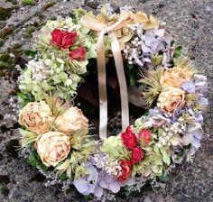 Romantický Věnec ze sušených růží,hortenzie,bělených kořenů a dalšího přírodního materiálu.Dozdobeno atlasovou stuhou smetanové barvy. Velikost 30cm