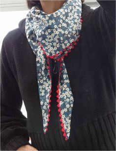 Achieving a long chèche with the minimal . Sewing Scarves, Sewing Clothes, Diy Clothes, Diy Couture, Couture Sewing, Liberty Fabric, Liberty Print, Liberty Scarf, Diy Vetement