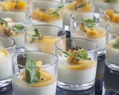 Verrines de panna cotta à la vanille et coulis de mangue : http://www.fourchette-et-bikini.fr/recettes/recettes-minceur/verrines-de-panna-cotta-la-vanille-et-coulis-de-mangue.html