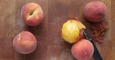 Make those juicy peaches fuzz free with these easy peach peeling techniques. Plum Apricot, Fruit Orange, How To Peel Peaches, Kinds Of Fruits, Peach Slices, Micro Onde, Just Peachy, Fruit Recipes, Baking Tips