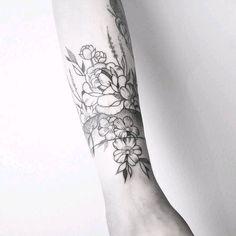 By #MariaFernandez #flowers #blackwork #linework #floral #dotwork