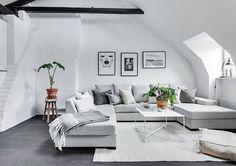 Birger Jarlsgatan 102B  Välkomna till denna stilrena vindsvåning med attraktivt läge och närhet till allt vad stan har att erbjuda. Fantastisk våning med öppen planlösning, mörkbetsade takbjälkar, takfönster med eldrivna persienner, hög takhöjd, takkupor, vita väggar och mörkbetsat trägolv. | #Östermalm