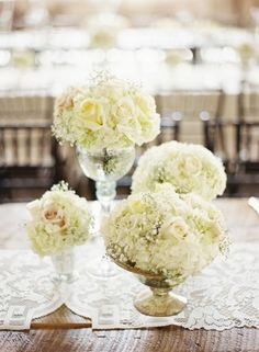 White roses with baby breath as small centerpieces - Wedding look