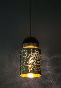 Lámparas colgantes de Klaus Haapaniemi & Co. Una abeja, una piña y un murciélago han sido delicadamente calados en las lámparas colgantes diseñadas por Klaus Haapaniemi y Taneli Mansikkamäki. Cortesía de Revista 90+10.   Más fotos en
