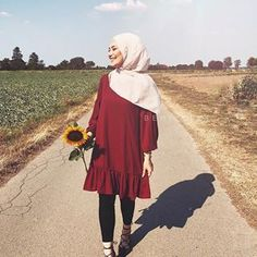 Hayata gülümse 🌻 Tunika @_butiksadem 𝒜𝓃𝓏𝑒𝒾𝑔𝑒 𝓌𝑒𝑔𝑒𝓃 𝑀𝒶𝓇𝓀𝑒𝓃𝑒𝓇𝓀𝑒𝓃𝓃𝓊𝓃𝑔 #hijab #hijabfashion #hijabfashion #hijabstyle #muslim #muslimfashion #blogger #blogger_de #hijabiii_fashion #hijabinspo #hijabmuslim #shooting #hijabtutorial #tutorial #salbaglama #muslimmuslimah #couple #couplegoals #pomeranian #puppy #puppylove #love #ootd #ootdfashion #chihuahuapuppies Modern Hijab Fashion, Street Hijab Fashion, Pakistani Fashion Casual, Islamic Fashion, Muslim Fashion, Hijab Casual, Hijab Chic, Hijab Mode Inspiration, Abaya Mode