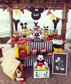 Love the idea of Pluto in the dog house 😍 Minie Mouse Party, Mickey Mouse Theme Party, Mickey Mouse Centerpiece, Fiesta Mickey Mouse, Mickey Mouse Invitation, Mickey Mouse Clubhouse Birthday, Mickey Mouse Birthday, Elmo Party, Elmo Birthday