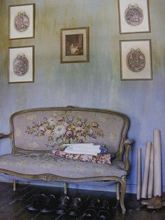 SETTEE : A long wooden or upholstered bench with a back, designed to seat two or more people. Antique French Furniture, Vintage Furniture, Painted Furniture, Home Furniture, Country Furniture, Modern Furniture, Furniture Design, French Decor, French Country Decorating