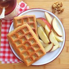 Un desayuno completo con un gofre de avena, una manzana y unas nueces. Para hacer dos gofres: Ingredientes: - 80 gr de harina de avena. - 3 cucharadas de queso batido 0%. - 4 claras de huevo. - 1 c...
