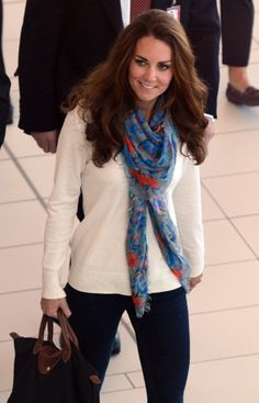 Kate Middleton rocking the longchamp, she knows what's up Uk Fashion, Royal Fashion, Latest Fashion For Women, Fashion Styles, Style Fashion, Longchamp, Ways To Wear A Scarf, How To Wear Scarves, Duchess Kate