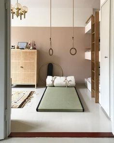 Minimalist kids room with mattress on floor, hanging rings for play, and three quarter painted wall for style room decor Minimalist Kids, Minimalist Living, Minimalist Bedroom, Modern Bedroom, Bedroom Neutral, Mattress On Floor, Kids Gym, Gym Room, Teenage Room