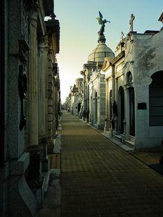 Cementerio de Recoleta- Buenos Aires.   Visitar la Recoleta, ir al Cementerio, Mall Recoleta, el museo nacional de bellas artes, un descanso en el Hard Rock cafe, Design Mall y terminar en el show Fuerza Bruta