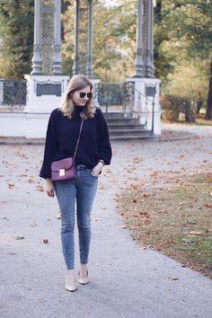 Streetstyle Herbst Outfit mit Pullover magentafarben und grauer Mango Jeans
