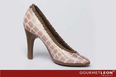 llamativo zapato de señora con tacón alto de chocolate, un detalle para cualquier ocasión. en rosa con detalles claros