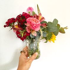 My budget for wedding decorations was $100. And yes, that includes flowers and my bridal bouquet. Here's how we made our own simple and inexpensive floral arrangements.