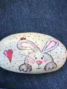Sweet rabbit and heart rock painting rabbit painting Pebble Painting, Pebble Art, Stone Painting, Heart Painting, Rock Painting Patterns, Rock Painting Ideas Easy, Art Sur Toile, Christmas Rock, Hand Painted Rocks