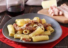 Pasta alla gricia è l'antenata dei Bucatini all'amatriciana. Una ricetta facile e veloce. Pochi ingredienti per un primo piatto straordinario.