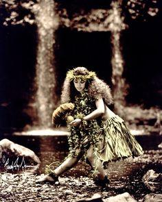 This is one of my favorites. Polynesian Dance, Polynesian Culture, Hawaiian Dancers, Hawaiian Art, Hawaii Hula, Oahu Hawaii, Rainbow Falls Hawaii, Islas Cook, Hula Dancers