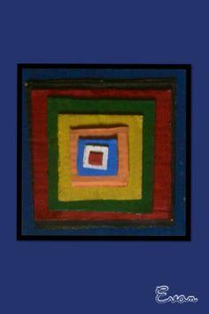 Compo abstraite réalisée par Evan.  Collages cartonnés, peints et assemblés sous forme pyramidale.