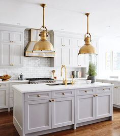 Whether you're starting from scratch with a new reno (lucky!) or just looking for a simple update or refresh for your kitchen, changing up your hardware is a small way to make a big impact. Kitchen hardware is one of those design elements where form is equally as important as function and, while there are tons of choices out there, who doesn't want a little gold sprinkled throughout their kitchen? The trend of brass in the kitchen looks and feels fresh and doesn't seem to be going...