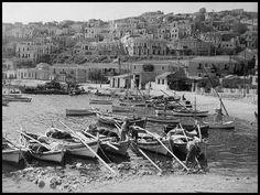 Ψαράδες στο Μικρολίμανο (Τουρκολίμανο), Σεπτέμβριος του 1940. Rare Photos, Old Photos, Vintage Photos, Athens Greece, East Coast, Old Town, Olympia, Paris Skyline, The Past
