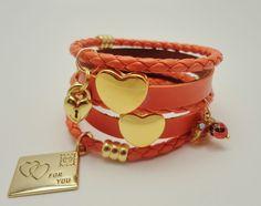 Conjunto composto por 5 pulseiras de couro ecológico com pingentes e acabamento em metal dourado. O charme fica por conta dos berloques de cartinha de amor e coração com chave. Aqueça os seus looks de inv...