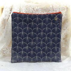 Na plavky modré cibulky Praktická taštička na vlhké plavky. Vyrobena z bavlněné laminované nepromokavé látky.Je z vrchní strany omyvatelná, rub bavlna. Zapínání na zip, ozbobeno přívěskem ve tvaru kytičky. Taštička je dostatečně prostorná. Výška taštičky je 21cm. Šířka 21cm.