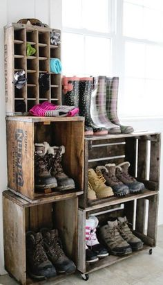 A vintage crate boot rack. A vintage crate boot rack. You can use as many crates you like to create this awesome shoe storage system - much more elegant than piling muddy boots on the floor. Diy Vintage, Vintage Home Decor, Rustic Decor, Diy Home Decor, Vintage Stuff, Rustic Style, Rustic Design, Vintage Homes, Rustic Farmhouse Decor