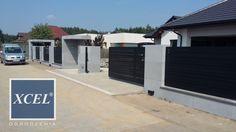 nowoczesne ogrodzenie aluminiowe poziome horizon wood katowice Boundry Wall, Future House, My House, Fence Doors, Sliding Gate, Stucco Exterior, Front Yard Fence, Fence Design, New Homes