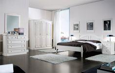 WWW.MOBILIFICIOMAIERON.IT - https://www.facebook.com/pages/Arredamenti-Rustici-in-Legno-Maieron/733272606694264 - 0433775330. Camera da letto completa in legno massello di abete colore bianco spazzolato. Tutto in legno massello di prima qualità. Composizione composta da: Comò 5 cassetti, Comodino 3 cassetti, Specchiera, Armadio 3 porte ,Letto matrimoniale. Tutto a Euro 2509.00 PREZZI IVA COMPRESA E TRASPORTO ESCLUSO. Spedizioni in tutta italia con la massima serietà. Altre finiture…