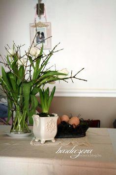 Ne hidd, hogy csak az orchidea virág. Meg a rózsa, meg a szegfű. Még a mohának is van virága.Pedig a moha sohasem lát napot. Sűrű erdők nyirkos homályában él, földhöz ragadtan, nyomorultul. Ő a legnyomorultabb a növények között.Mégis eljön évente az idő, amikor kivirágzik. Kivirágzik, örömet…