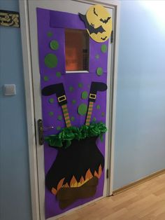 Halloween Classroom Decorations which are Scary, Spooky & Simply the Best - Ethinify Halloween Infantil, Moldes Halloween, Casa Halloween, Theme Halloween, Adornos Halloween, Halloween Office, Halloween Crafts For Kids, Homemade Halloween, Diy Halloween Door Decorations