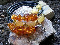"""Edelsteinarmband """"Honeybee"""" - bestehend aus Bernsteinnuggets und Calcit-Barockperlen, aufgezogen auf Memory-Wire-Draht."""