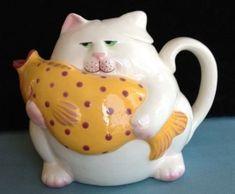 Cat and Fish Teapot White Cat w Big Yellow Spotted Fish. Teapots Unique, Asian Teapots, Teapot Cookies, Teapots And Cups, Teacups, Teapot Design, Cute Teapot, Tea Cozy, My Cup Of Tea