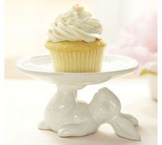 Adorable dessert stand for Easter from Pottery Barn. They have a bunny cake stand, too. Hoppy Easter, Easter Bunny, Easter Eggs, Bunny Cupcakes, Easter Cupcakes, Deco Kids, Cake And Cupcake Stand, Dessert Stand, Dessert Table