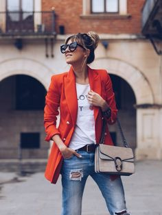 Mode Love the juxtaposition of a chic blazer with distressed jeans! Orange Blazer Outfits, Blazer Outfits Casual, Blazer Fashion, Fashion Outfits, Blazer Outfits For Women, Fashion Clothes, Fashion Tips, Look Blazer, Blazer Vest