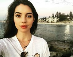 Adelaide Kane is hermosa