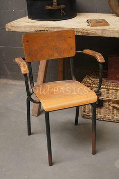 Leuke oude retro stoel, gecombineerd met stoere slagerstafel en rieten mand. Alles van www.old-basics.nl. retro, brocante en industrieel is prima combinatie! Buiten