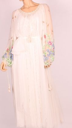 VARA DIN MATASE Romanian Wedding, Romanian Women, Traditional Wedding Dresses, Embroidered Clothes, Peasant Blouse, Indian Outfits, Evening Gowns, Casual Outfits, Fashion Dresses