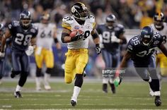 Willie Parker #39 of the Pittsburgh Steelers runs for a Super Bowl record 75-yard touchdown in the third quarter against the Seattle Seahawks in Super Bowl XL at Ford Field on February 5, 2006 in Detroit, Michigan.