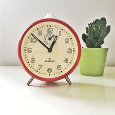 Vintage German Clock JUNGSHANS RED 1960s - 70s mint condition by Vinteology on Etsy Modern Decorative Objects, 1960s House, Cherry Red Color, Fluorescent Colors, Globes, Alarm Clock, Gears, Mid-century Modern, Lime