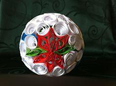 Boule de Noël en papier roulé (paperolle) avec une poinsettia en motif.  Christmas bauble quilling with a poinsettia in motive.