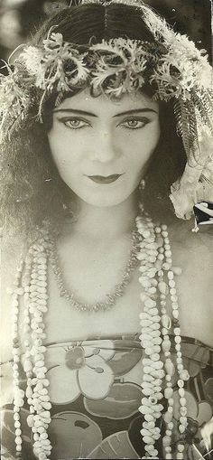 "Gilda Gray, Polish American actress and dancer who became famous in the U. for popularizing a dance called the ""shimmy"" which became fashionable in films and theater productions. Vintage Pictures, Old Pictures, Vintage Images, Old Photos, Timeless Beauty, Classic Beauty, Belle Epoque, Kino Theater, Vintage Beauty"